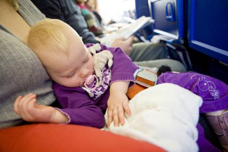 Hai visto? Tutti i consigli per viaggiare in aereo con un neonato